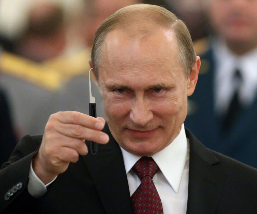 Putin met een Lockpick tijdens het Russische spy gadget congres